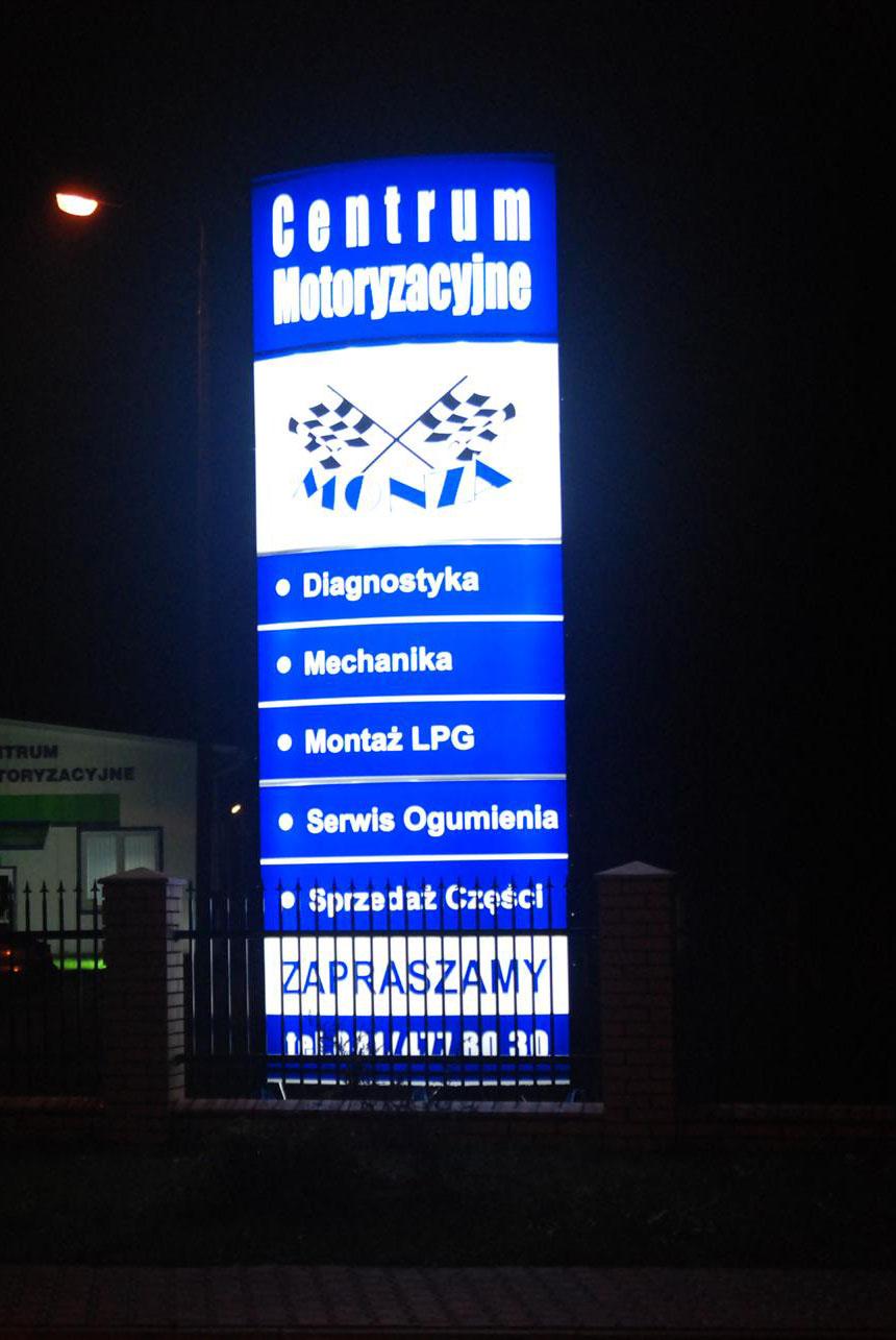 Pylon plexi przy centrum motoryzacyjnym w Dęblinie