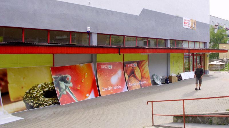 Sklep SPAR w Opatowie przed montażem reklam