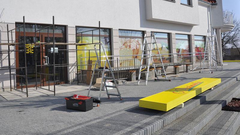 Sklep Poziomka w Jędrzejowie przed montażem reklam